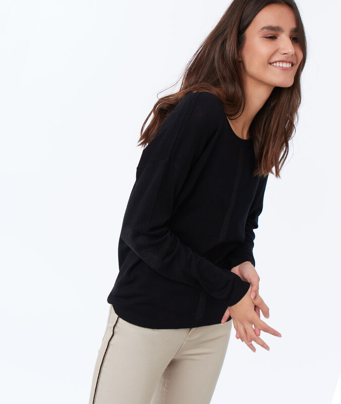 Wide-necked jumper black.