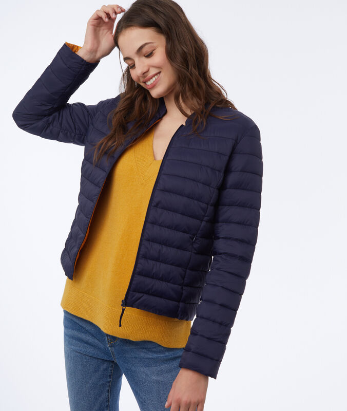 Down jacket with the inside lined with polka dots navy blue.