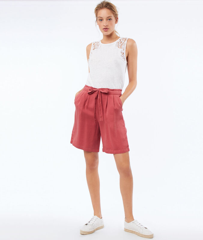 Flowing bermuda shorts belted with tencel® raspberry pink.