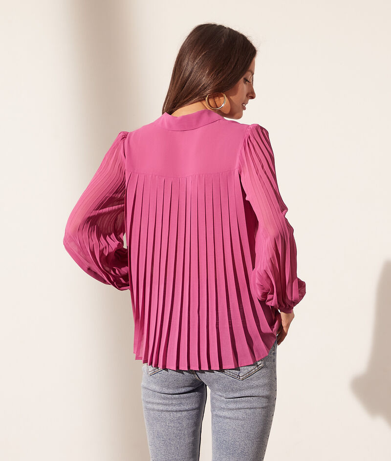 Flowing shirt with pleated sleeves