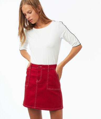 Jupe à poches plaquées surpiquées carmin.